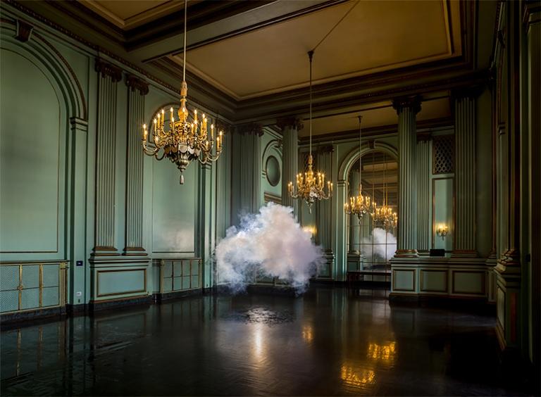 la-tete-dans-les-nuages-musee-de-la-poste-berndnaut-smile